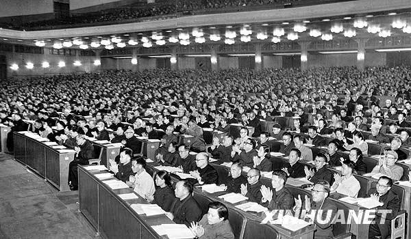 出席第三届全国人民代表大会第一次会议的代表们为周恩来总理作的政府工作报告热烈鼓掌。新华社发.jpg