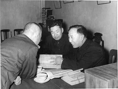 为完成《管子集校》,他在北京图书馆与研究人员查阅古籍。图片来源见后