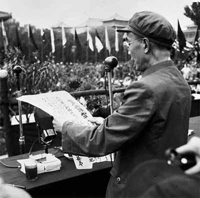 1950年5月14日,他在首都人民保卫世界和平签名大会上宣读和平运动宣言 图片来源见后