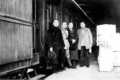 1938年1月他与周恩来、叶剑英在汉口大智门车站迎接八路军副总司令彭德怀图片来源见后