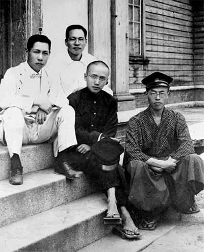 """""""夏社""""成员在夏禹鼎(右1)家中 图片来源见后"""