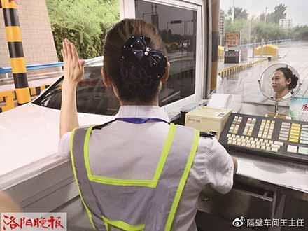 每个高速公路收费员桌上都有一面小镜子,工作劳累时用来调整表情