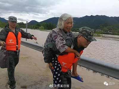 同是风灾:日本老人在家中溺亡,中国老人却有人背走!