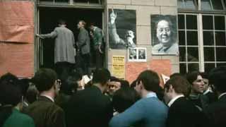 这群崇拜毛主席的青年,脚踩帝国主义,高举革命火炬!