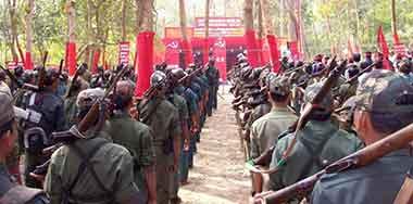 """印度毛主義者摧毀了政府在森林里的""""小旅館"""""""