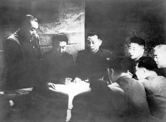 中国人民志愿军总司令彭德怀(左一)在朝鲜前线主持作战会议,部署作战计划。(资料照片)
