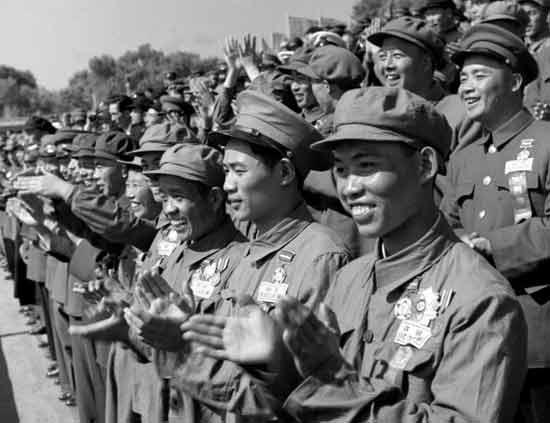 1953年10月1日,抗美援朝战争中凯旋的中国人民志愿军国庆节归国观礼代表团在天安门观礼台上。(邹健东摄)