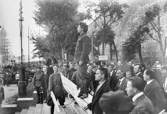 1917年托洛茨基在莫斯科红场发表讲话