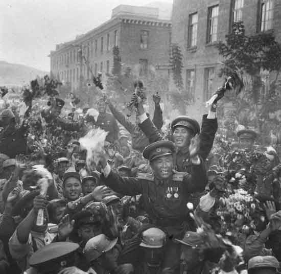 这是朝鲜人民欢送中国人民志愿军回国的热烈场面(吕厚民 摄)