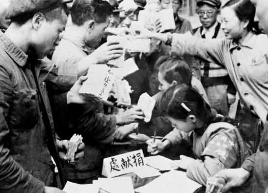 全国各地工商界踊跃捐献款项,支援志愿军。这是重庆市工商业者捐献的情形。(资料图片)