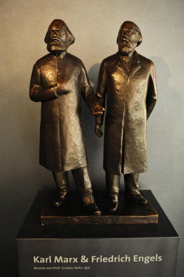 马克思和恩格斯雕像(1).jpg